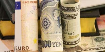 US dollar inches higher against yen, euro