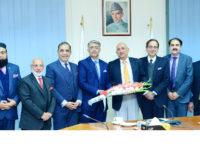 RCCI President Malik Shahid Saleem presenting a bouquet to Chairman BOI Haroon Sharif