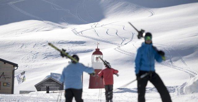 Avalanche hits ski piste in central Switzerland