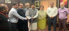 LCAA, APCAA delegation pays farewell call on Collector Amjadur Rehman